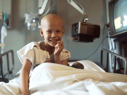 Una niña se somete a tratamiento de quimioterapia.