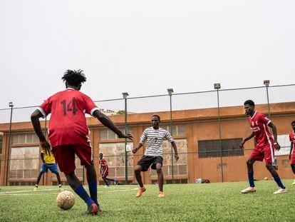 Refugiados sudaneses juegan un partido de fútbol en Niamey.