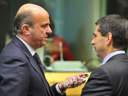 Luis De Guindos, ministro de Economía, conversa con el ministro de Finanzas portugués, Vitor Gaspar