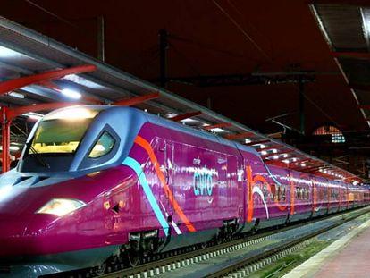 Un tren AVLO en la estación de Chamartín en Madrid.