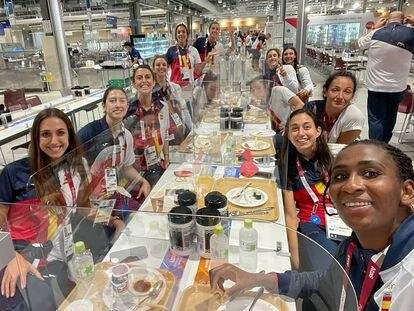 Las jugadoras de la selección española de baloncesto, en el comedor de la Villa Olímpica.