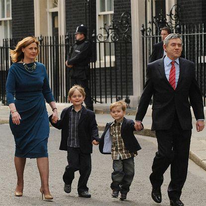 El ex primer ministro británico, Gordon Brown, con su esposa e hijos al dejar el cargo, en 2010.