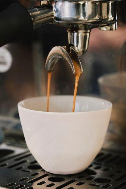 Preparación de un café con cafetera profesional.