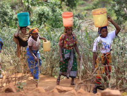 Mujeres de Mweteni recogiendo agua.