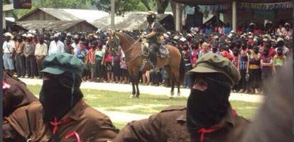 Marcos monta a caballo en el homenaje a Galeano