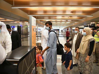 Varios pasajeros procedentes de Kabul llegan este jueves a la terminal del aeropuerto de Doha (Qatar) en el primer vuelo procedente de Afganistán desde la salida de las tropas estadounidenses el 31 de agosto.