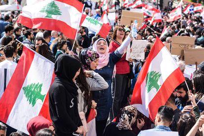 Varios miles de manifestantes protestan contra la subida de tasas y la corrupción el pasado domingo frente al Serallo de Beirut