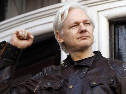 Julian Assange, en la embajada ecuatoriana en Londres.