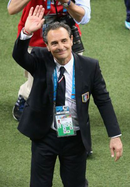 Prandelli saluda a los aficionados italianos tras el partido ante Inglaterra