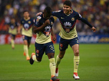 Quintero y Vargas celebran un gol con América.