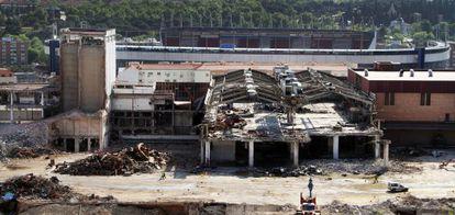 Trabajos de demolición de la antigua fábrica de cervezas Mahou.