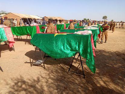Los ataúdes cubiertos con la bandera burkinesa de 14 soldados asesinados por yihadistas en noviembre de 2020, durante su funeral celebrado en Dori, en el norte del país.