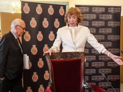 La presidenta del Consejo de Estado, Maria Teresa Fernandez de la Vega, y el consejero permanente Fernando Ledesma, durante la rueda de prensa ofrecida este viernes, en Madrid.