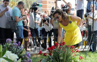 La presidenta de la Avm3j, Rosa Garrote, deposita unas flores junto al lugar donde descarriló el metro.
