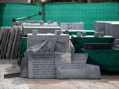 Destrucción de placas con los nombres de los fusilados por el franquismo, retiradas del Memorial histórico inacabado en el cementerio de la Almudena.