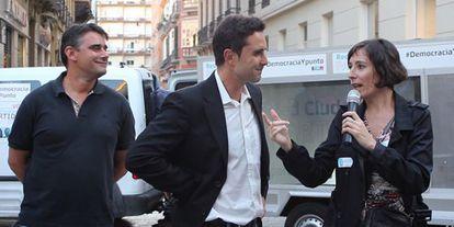 En el centro, Hervé Falciani, cabeza de lista del Partido X, y a la derecha la 'número dos', Simona Levi, el pasado 16 de mayo en Málaga.