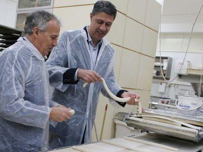 Xavier García Albiol (d) en una visita a una empresa panadera en Montcada i Reixac.