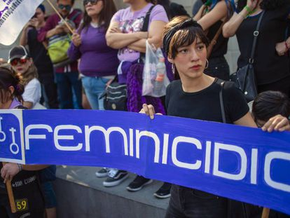 Una mujer sostiene un cartel durante la manifestación contra el secuestro y la inseguridad.