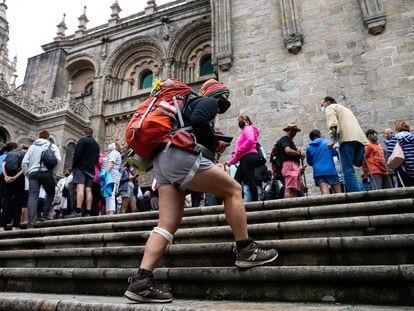 Peregrinos y turistas en la ciudad de Santiago de Compostela, en julio.