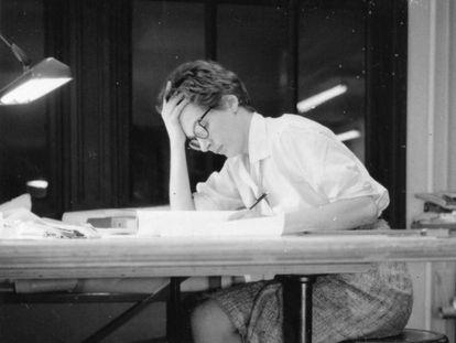 Phyllis Lambert trabajando en el estudio de Mies van der Rohe en Chicago en 1960.
