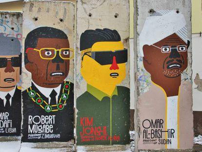 Caricaturas de líderes mundiales, sobre un muro.