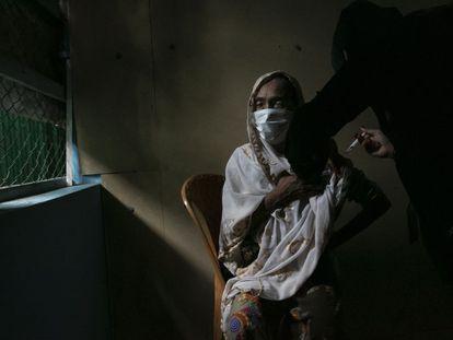 Una refugiada rohingya recibe una vacuna contra la covid en Bangladesh, el 12 de agosto.