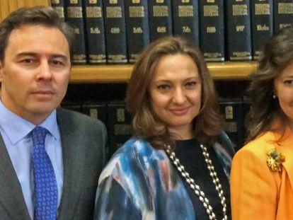 Dimas Gimeno, junto a sus primas, Marta Álvarez, presidenta de El Corte Inglés, y Cristina, en una imagen de 2015.