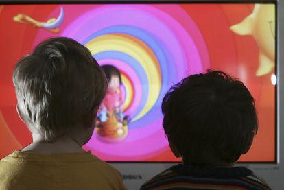 Dos niños viendo un programa de televisión infantil