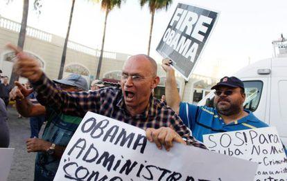 Anticastristas protestando en Miami por la nueva política de Washington