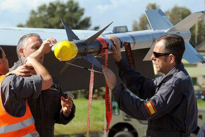 Soldados españoles manipulan un misil de los F-18 que participan en el conflicto de Libia.