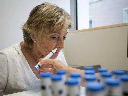 Una voluntaria durante el test de olfacción en la Fundación Pasqual Maragall