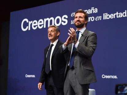 El presidente del PP, Pablo Casado y el expresidente de Francia Nicolas Sarkozy, durante la mesa titulada 'La sociedad abierta y sus enemigos', en el marco de la tercera jornada de la Convención Nacional del PP, este miércoles, en Madrid (España).