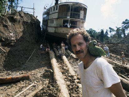 Werner Herzog, durante el rodaje de 'Fitzcarraldo' en Peru.
