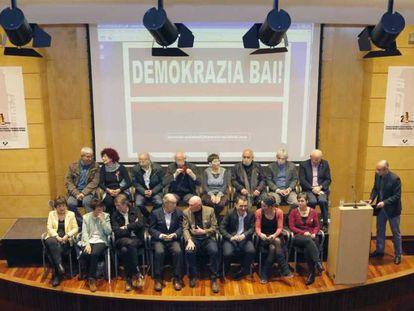 Los firmantes del manifiesto, en el acto de presentación.