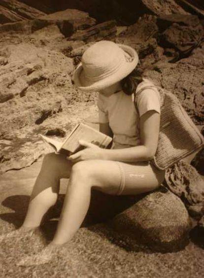 Una fotografía de la serie <b><i>Salón de lectura,</b></i> realizada por Ramón Serras en la playa de Zarautz.