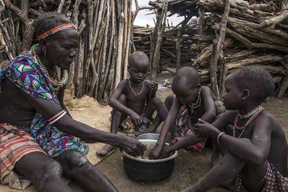Una familia come los alimentos proporcionados por el Programa Mundial de Alimentos en Sudán del Sur. 2019.
