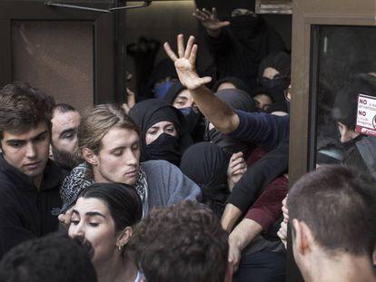 Un piquete bloquea la entrada de estudiantes a la Universidad Autónoma de Barcelona.