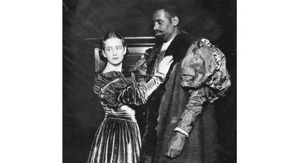 Peggy Ashcroft, en el papel de Desdémona, y Paul Robeson, como Otelo, en la producción shakesperiana del teatro Savoy de Londres en 1930.