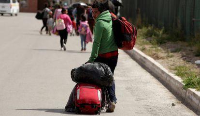 Migrantes centroamericanos abandonan un refugio saturado para buscar otro lugar donde cobijarse en Ciudad Juárez, México.