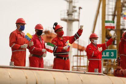 Trabajadores con banderas de Venezuela e Irán, este lunes, en Puerto Cabello (Venezuela).