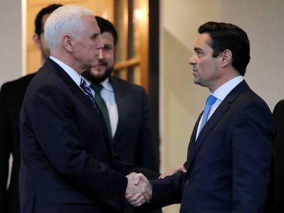 Mike Pence, a la izquierda, saluda este martes a Carlos Alfredo Vecchio, nombrado por Juan Guaidó como encargado de negocios en Washington.