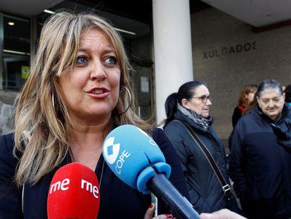 Beatriz Sestayo haciendo declaraciones, minutos antes de que comparezca ante la denuncia de un magistrado al que atribuyó actitudes machistas, el 28 de febrero de 2019 en Ferrol.