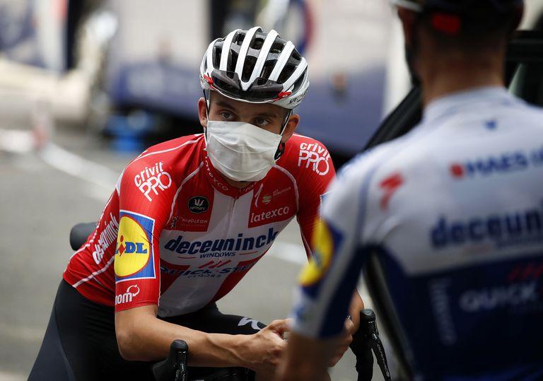 Kasper Asgreen, del Deceuninck Quick-Step, con mascarilla antes de una sesión de entrenamiento previa al Tour en Niza.