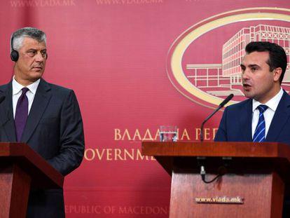 El presidente de Kosovo, Hashim Thaci (i), durante una rueda de prensa con el primer ministro de Macedonia, Zoran Zaev.