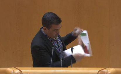 Carles Mulet rompe la fotografía de Susana Díaz en el Senado.
