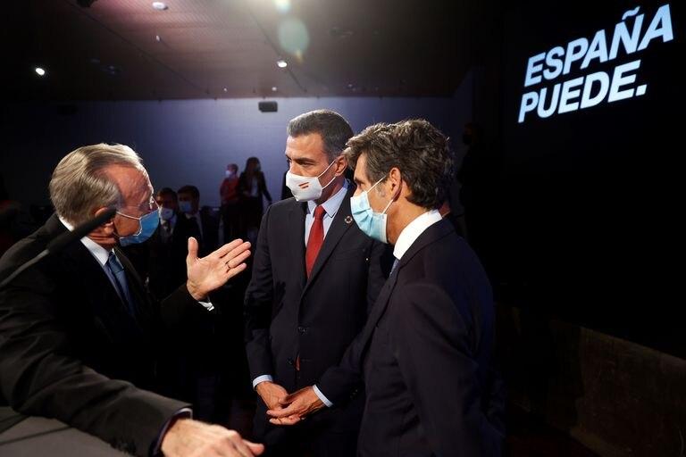 El presidente del Gobierno, Pedro Sánchez (centro) conversa con el presidente de la Fundación La Caixa, Isidre Fainé (izquierda) y el presidente de Telefónica, José María Álvarez-Pallete.