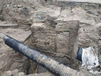 Parte de la estructura que ha aflorado durante unas obras de saneamiento en A Atalaia (San Cibrao, municipio lucense de Cervo).