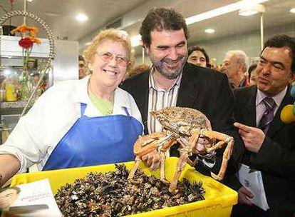 Anxo Quintana, junto al candidato Henrique Tello, en el mercado de A Coruña.