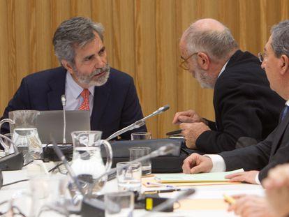 El presidente del Tribunal Supremo y del Consejo General del Poder Judicial (CGPJ), Carlos Lesmes (izquierda), durante una reunión del órgano en enero de 2020.