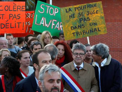 Mélenchon (con gafas) y sus colaboradores a la entrada del tribunal de Bobigny